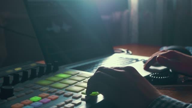 Nahaufnahme-des-Mannes-Hand-Aufnahme-Ton-im-Tonstudio-Musik-mit-neuen-modernen-Geräten-mit-großen-Monitor-und-laptop