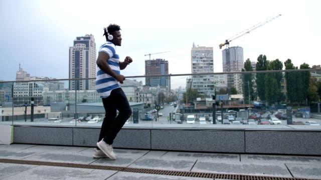 Funky-dancer-moonwalk-dancing-on-city-street