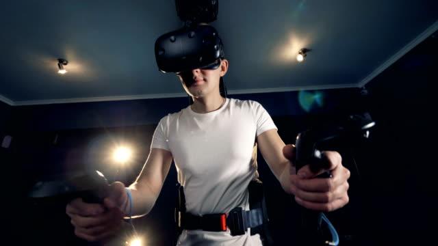 Equipado-chico-adolescente-está-explorando-la-realidad-virtual-con-la-ayuda-de-un-simulador