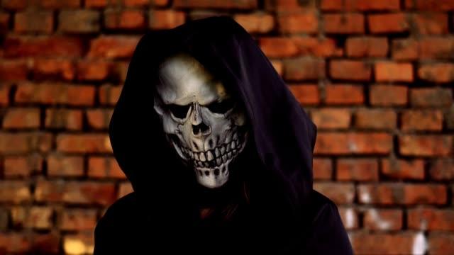 Tod-in-Kapuze-und-schwarzem-Mantel