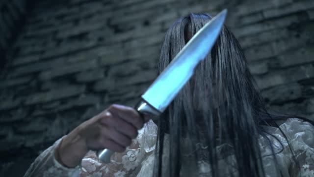 Asesino-sangriento-apuntando-cuchillo-afilado-a-la-cámara-asesino-serial-loco-pov-víctima