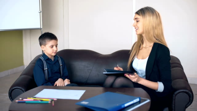 Professionellen-Psychologen-im-Gespräch-mit-einem-Schüler