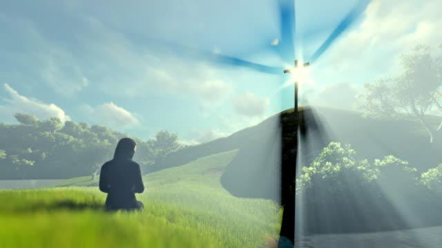 Frau-an-Jesus-Kreuz-über-schöne-Sonnenstrahlen-beten