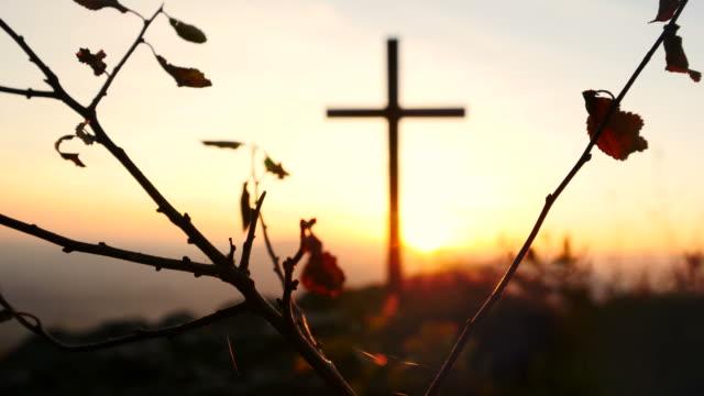 Kruzifix-auf-Berg-während-des-Sonnenuntergangs-Schöne-Natur-und-Ruhe-
