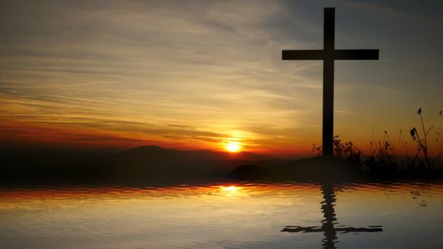 Cruz-de-Jesucristo-cerca-del-agua-con-la-puesta-de-sol-y-estado-de-ánimo-tranquilo-