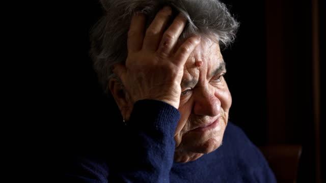Triste-anciana-pensativa-Retrato-de-mujer-triste-y-sola