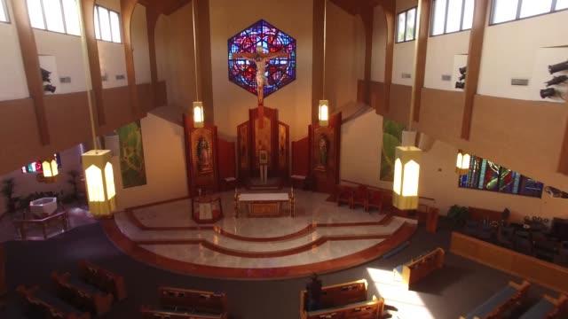 Jesus-am-Kreuz-im-Inneren-der-Kirche-Antenne