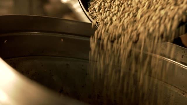 Llenar-un-recipiente-con-granos-de-café-verdes