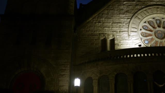 Eine-gotische-Kirche-in-der-Nacht-mit-schönen-runden-Fleck-Glasfenster