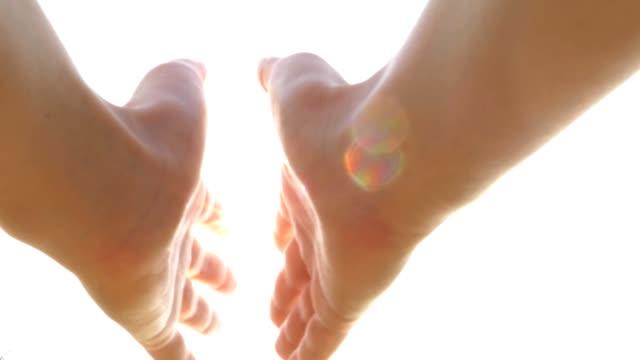 tocar-agarrar-cerrando-el-sol-en-la-mano-rayos-de-sol