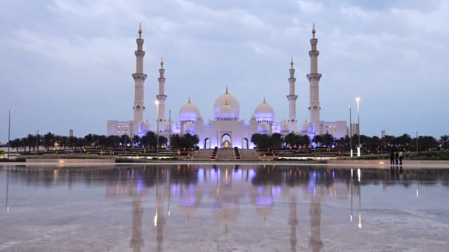 Amanecer-en-el-primer-día-de-Ramadán-2018-en-Mezquita-Sheikh-Zayed-en-Abu-Dhabi-Emiratos-Árabes-Unidos