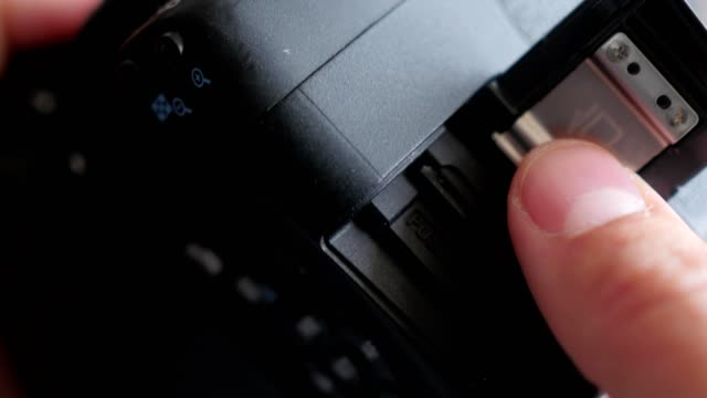 removing-the-SD-memory-card-from-the-camera