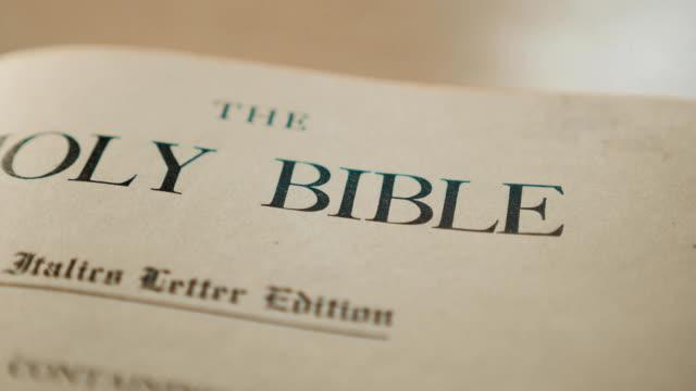 Santa-Biblia-Libro-religioso-sagrado-católico-Fe-en-la-catolicidad-del-concepto-de-Dios-para-la-espiritualidad-de-fe-de-vida-la-Santa-Biblia-y-religión