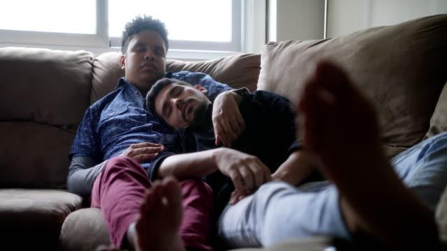 Junge-schwule-Männer-schlafen-und-entspannen-auf-dem-Sofa-zu-Hause