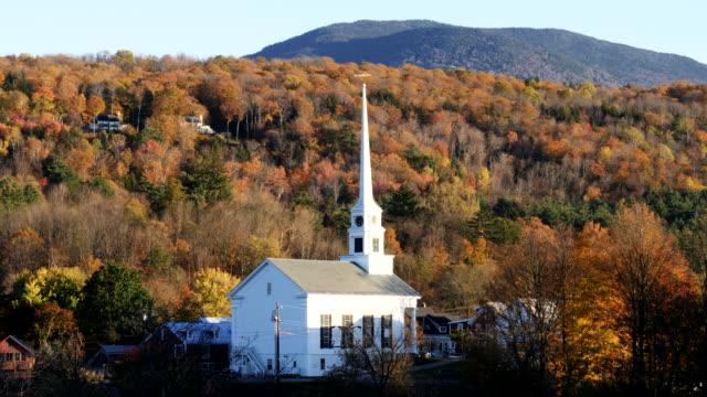 Verschieben-einer-Kirche-in-Stowe-Vermont-und-ein-Hügel-mit-Herbstlaub
