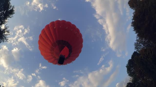 Elevar-un-globo-aerostático-globo-de-aire-rojo-en-el-cielo