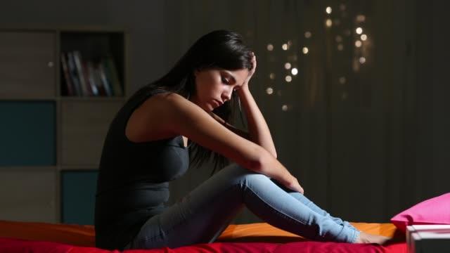 Traurige-Teen-Klagen-auf-einem-Bett-zu-Hause