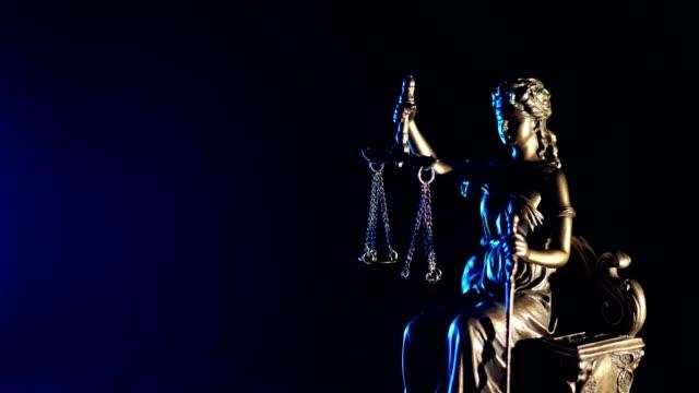 La-estatua-de-la-justicia-fondo-azul-oscuro