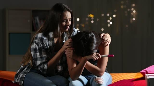 Mädchen-trösten-traurige-schwangere-Teenager-Freundin