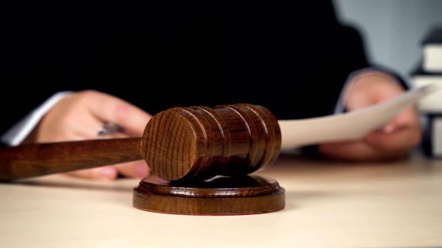 Juez-firmantes-papeles-anunciando-juicio-martillo-para-cerrar-el-procedimiento-de-huelga
