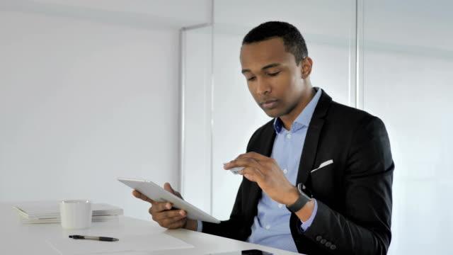 Hombre-pagar-compras-en-línea-en-línea-con-tarjeta-de-crédito-en-tableta