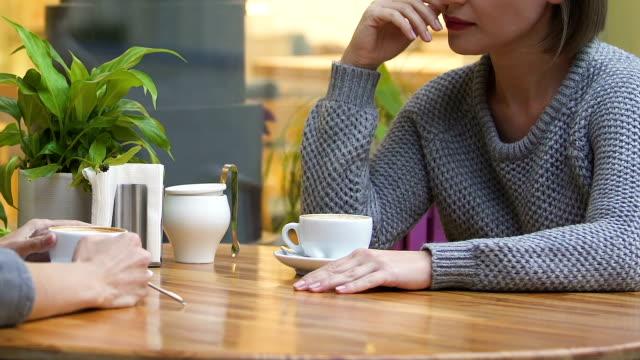 Verärgert-Frau-beschwerte-sich-über-Probleme-persönliches-Gespräch-im-Café-mit-Freund
