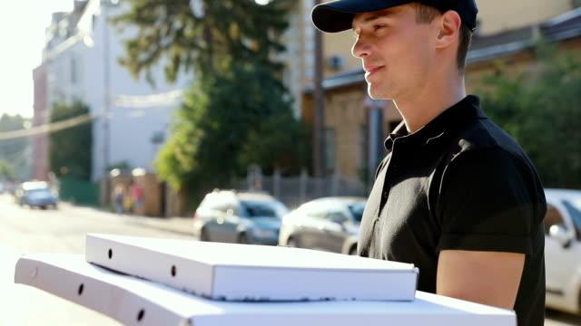 Entrega-de-pizza-Mensajero-entrega-caja-con-comida-al-cliente