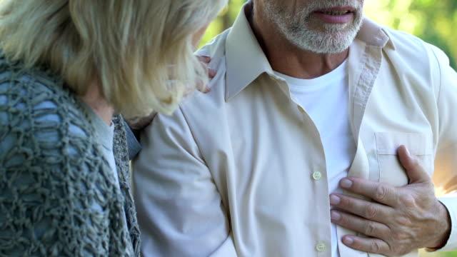 Abuelo-apenas-respirar-mano-en-el-pecho-riesgo-de-accidente-cerebrovascular-emergencia