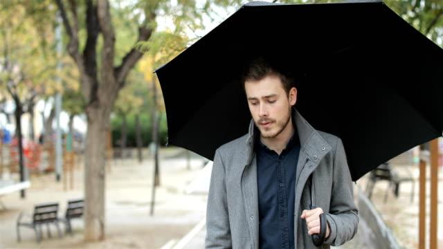 Hombre-triste-caminar-solo-en-un-día-lluvioso-de-invierno