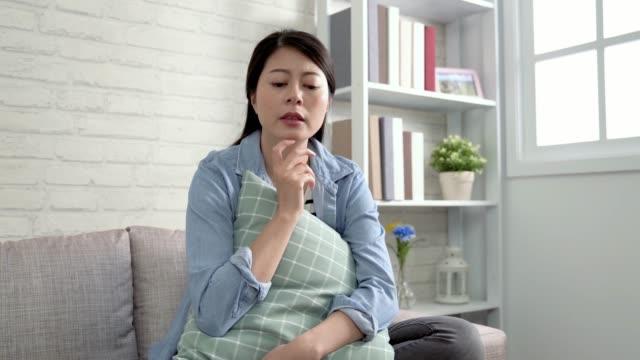 Dama-asiática-confundida-y-soñando-despierto-