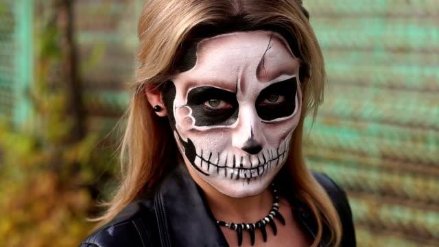 Retrato-de-cerca-de-una-chica-gótica-con-un-maquillaje-espeluznante-Atuendo-para-Halloween-