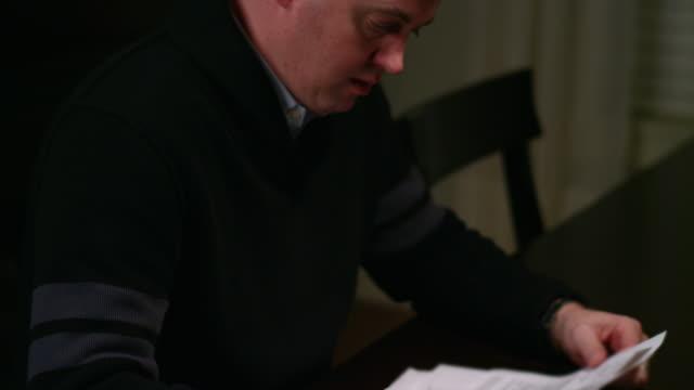 Un-hombre-mirando-billetes-en-la-mesa-hizo-hincapié-en-buscar
