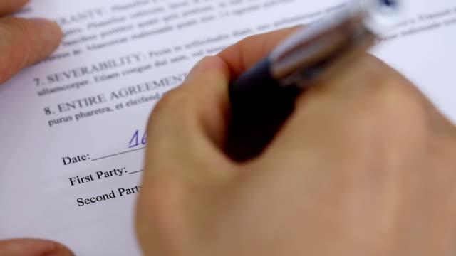 Empresario-firmando-un-acuerdo