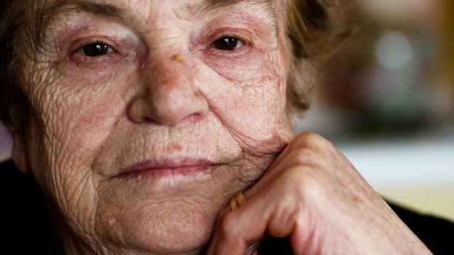 pensativo-y-triste-mujer-abre-los-ojos-Retrato-de-anciana-pensativa