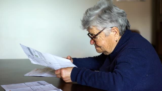 Pobres-jubilados-mujer-controles-facturas-y-desesperaciones:-la-pobreza-crisis-económica-distre