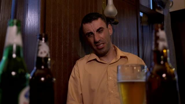 Kater-deprimiert-Mann-sitzt-an-der-Bar-nach-dem-Trinken-von-hart