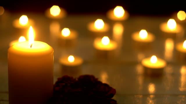 Romance-de-luces-de-velas-de-blanco-con-rosa