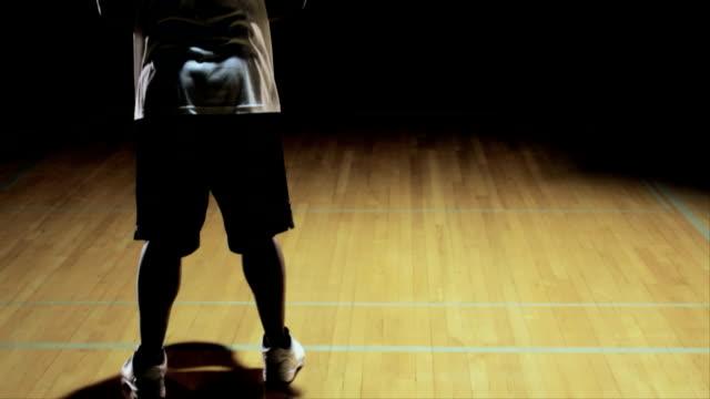 Un-jugador-de-baloncesto-tira-un-freethrow-y-lo-hace-