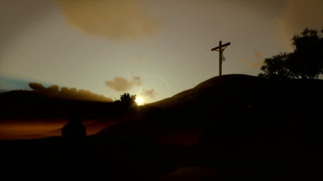 Christin-beten-zu-Jesus-Kreuz-bei-Sonnenuntergang-schwenken-4K