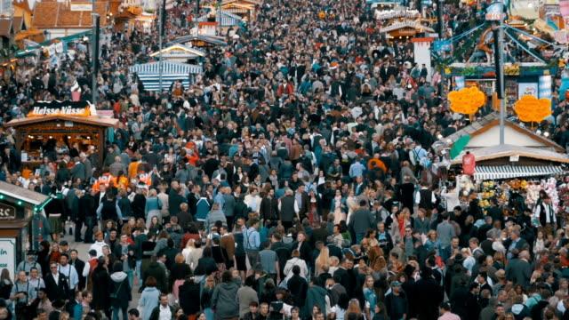 Vista-superior-de-la-muchedumbre-en-la-calle-central-de-Oktoberfest-Baviera-Alemania-Cámara-lenta