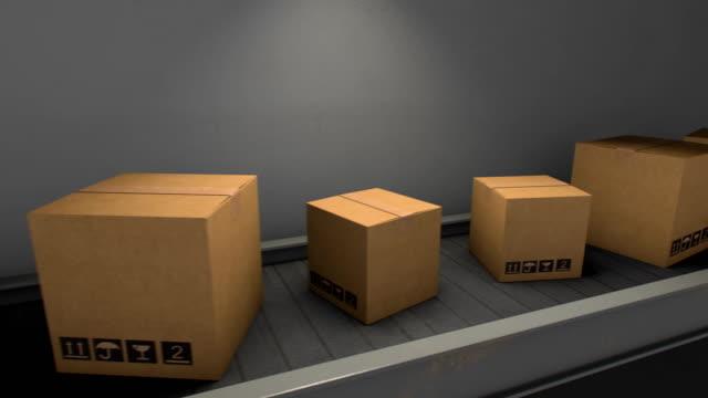 Cajas-de-cartón-en-cinta-transportadora-en-almacén