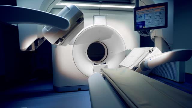 Un-nuevo-tomógrafo-con-monitor-Gran-angular-de-un-equipo-médico-con-un-monitor-