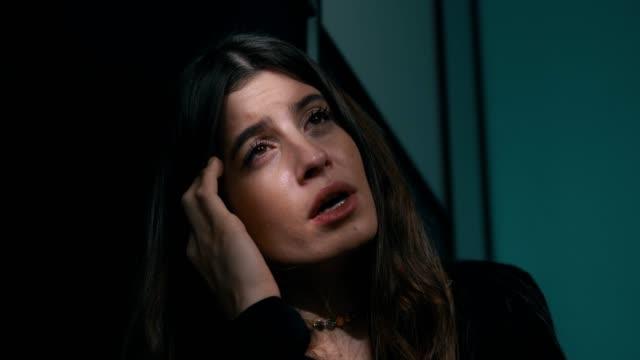 Mujer-sola-deprimida-casi-llorando-Sentirse-muy-triste-en-la-oscuridad