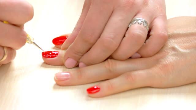 Manicura-en-uñas-femeninas-