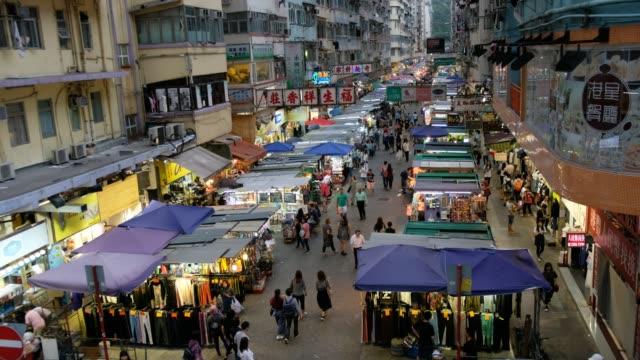 La-gente-camina-en-el-mercado-de-Mong-Kok-Hong-Kong