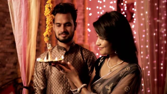 Un-feliz-esposo-y-esposa-en-el-interior-de-una-casa-decoración-con-luces-y-flores-