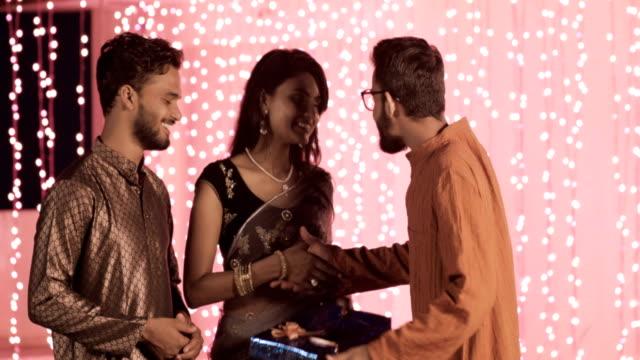 amigos-en-un-tradicional-paños-son-reuniones-y-compartir-regalos-durante-el-festival-de-Diwali-