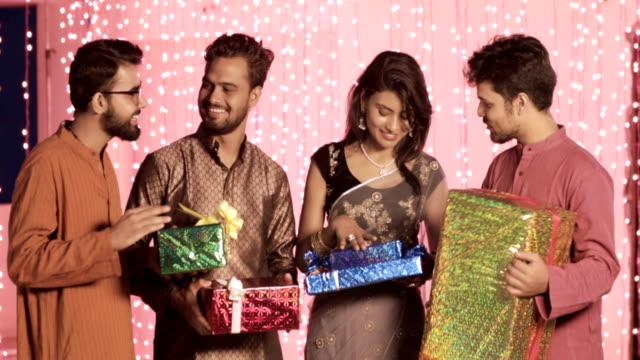 amigos-en-un-tradicional-paños-son-reuniones-y-compartir-regalos-durante-el-festival-de-Diwali