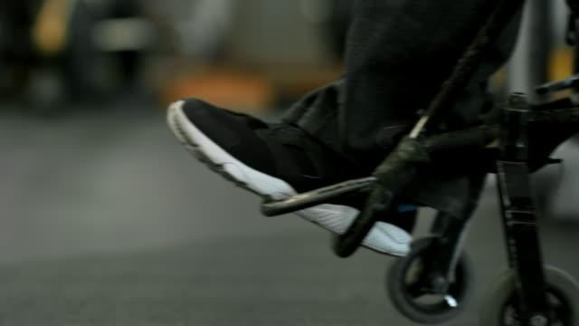 Nicht-erkennbare-querschnittsgelähmten-Person-am-Rollstuhl