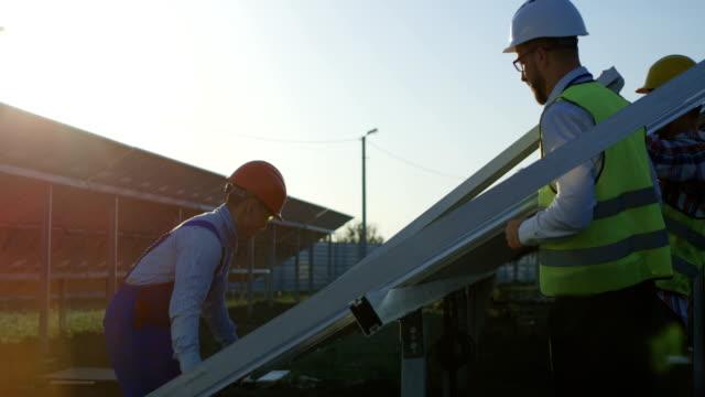 Tres-trabajadores-de-instalación-un-panel-solar